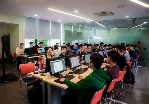 Sinh viên ngành công nghệ IOT ĐH FPT trong giờ thực hành.
