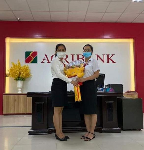 Tin tức kinh tế tài chính ngày 13/8/2021: Agribank khen thưởng nhân viên giao dịch