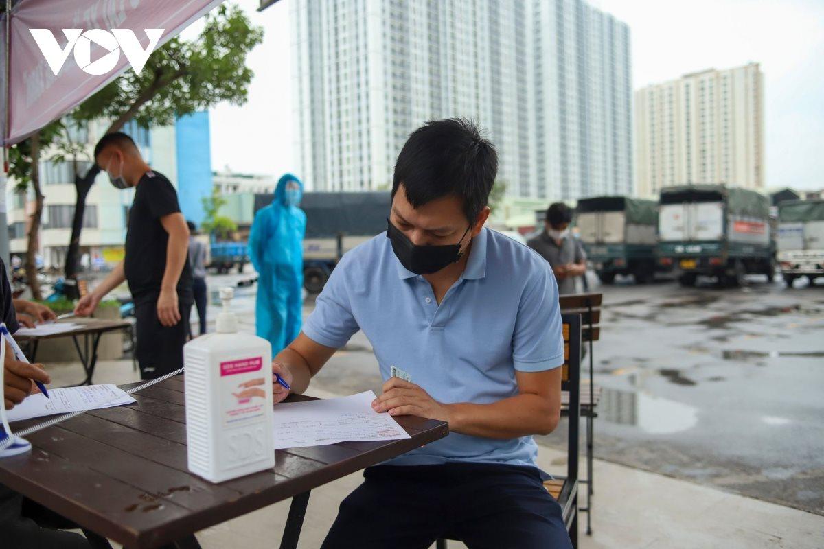 Lái xe khai báo y tế tại 1 điểm trung chuyển hàng hóa của Hà Nội