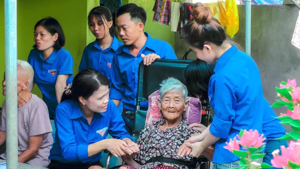 Đoàn Thanh niên xã Khánh Thành thăm Mẹ Việt Nam Anh hùng Nguyễn Thị Ngãi người có 2 con hy sinh nơi chiến trường.