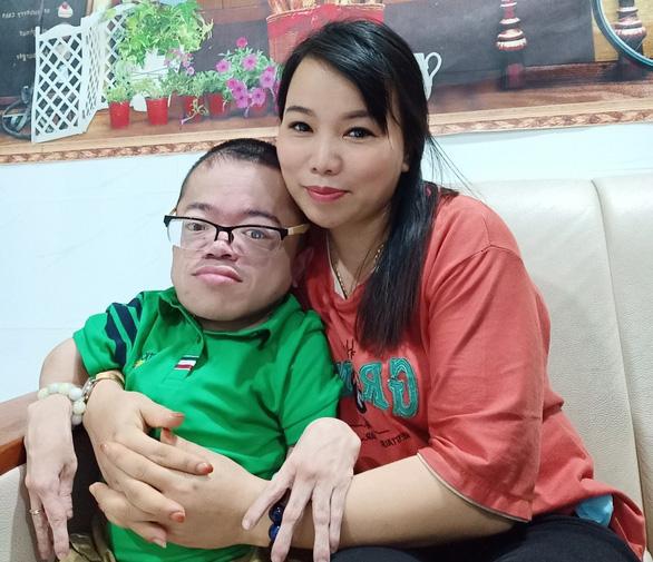 Cơ quan chức năng cần vào cuộc khi các Youtuber đem người khuyết tật ra để câu view